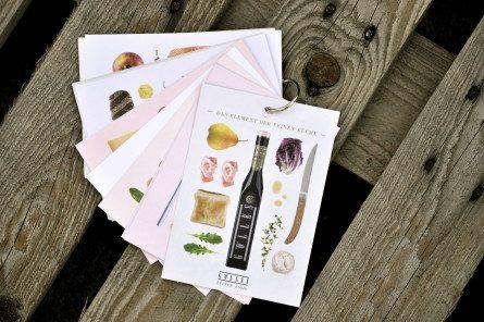 Jeder der 17 verschiedenen Essige aus der Manufaktur Gölles präsentiert sich nun auf individuelle Art im Postkartenformat