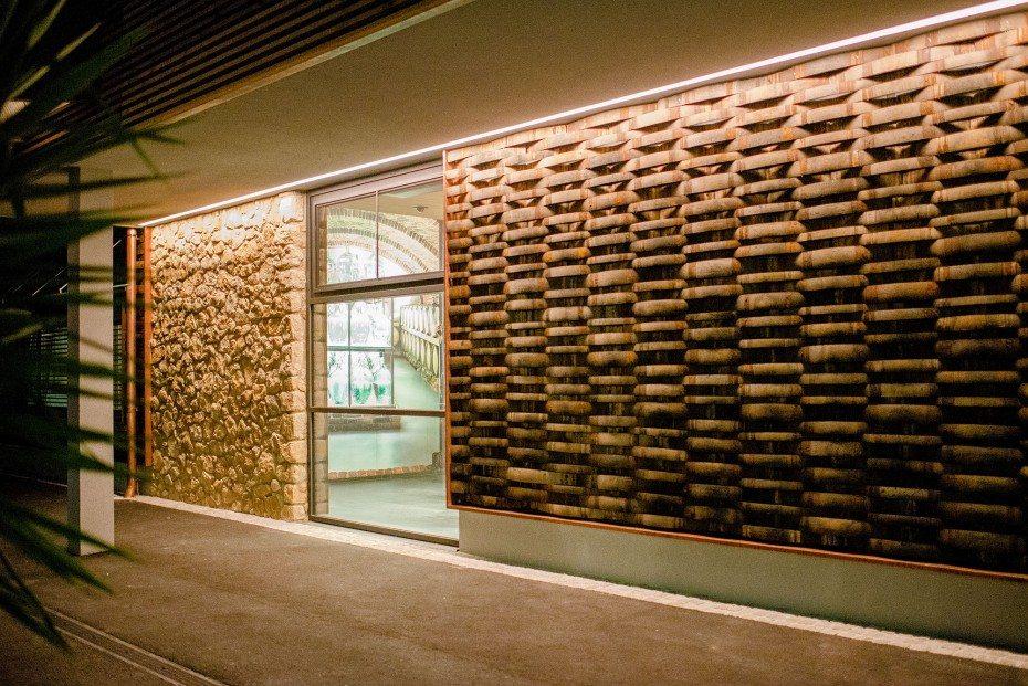 Eine Fassade aus alten Fassdauben von Eichenfässern